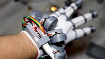 YouTuber razvil 3D-natisnjene »open-source« rokavice za virtualno resničnost