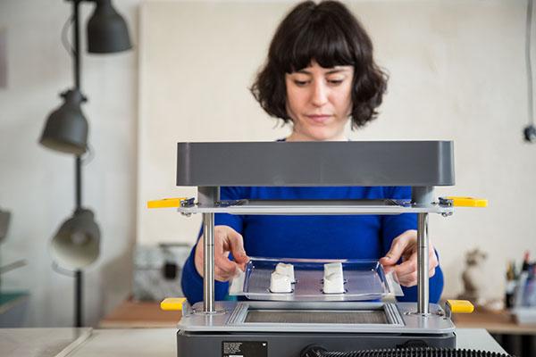 Mayku FormBox dekle izdeluje praline