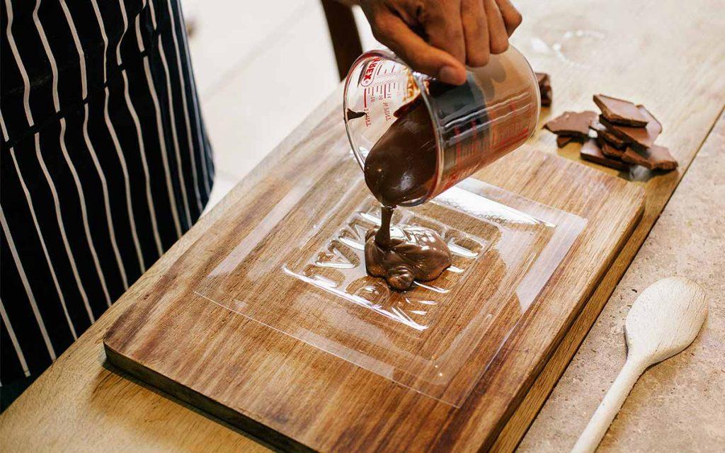 Polnjenje kalupa s čokolado.