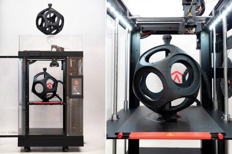 3D-tiskalnik Raise3D in 3D-natisnjeno ohišje zvočnika.
