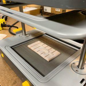 Leseni model na postelji vakuumskega oblikovalca.