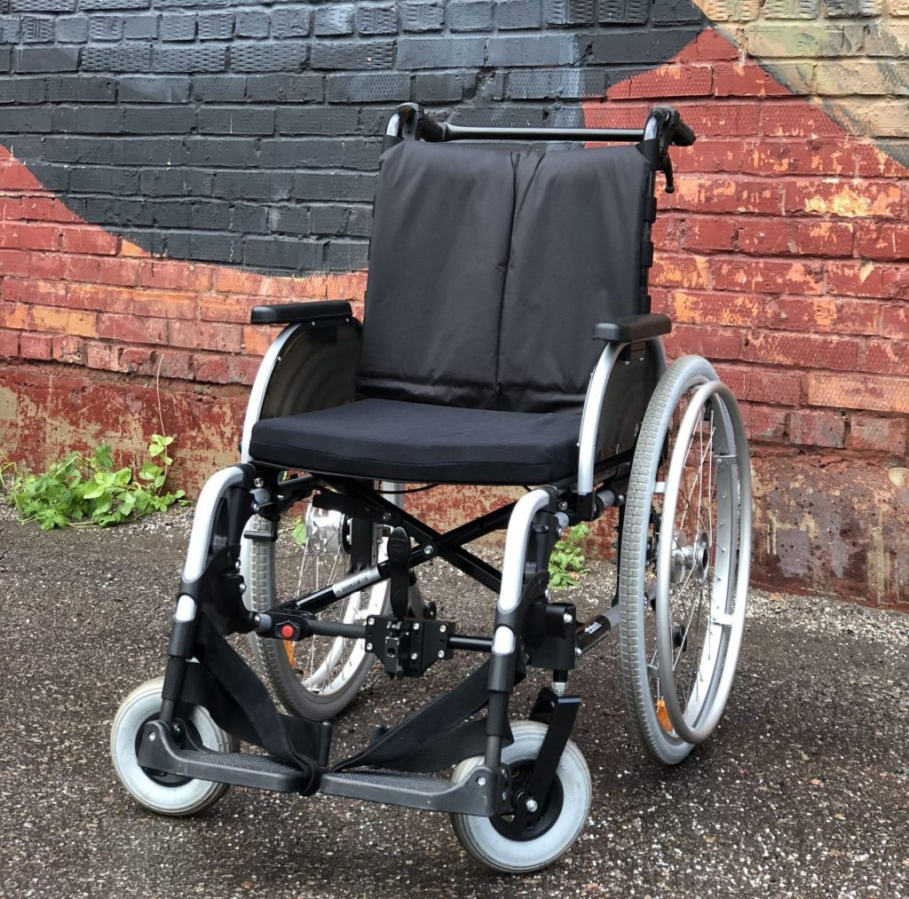 Elektricni invalidski voziček s 3d-natisnjenimi deli.